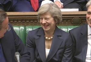 Premier de saída, David Cameron, fala com a sua sucessora, Theresa May, e o chanceler Philip Hammond, em sua última sessão de perguntas no Parlamento Foto: REUTERS TV / REUTERS