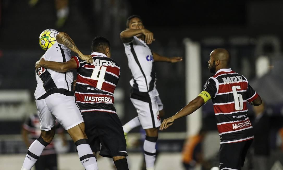 Leandrão e Jorge Henrique, do Vasco, disputam a bola na área do Santa Cruz Alexandre Cassiano
