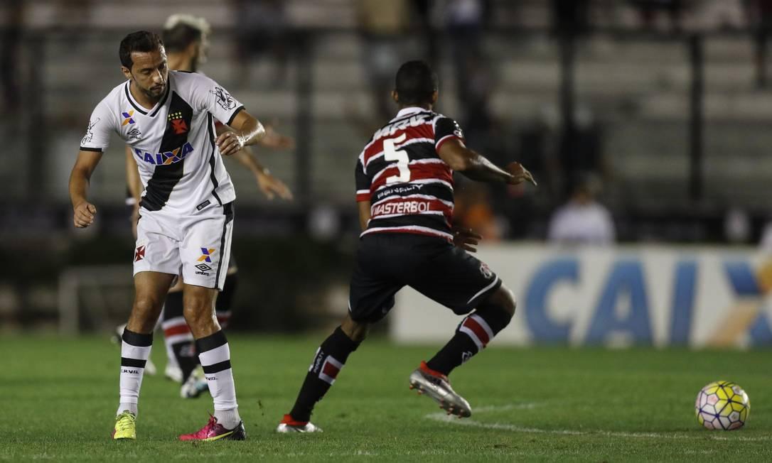 Nenê observa a bola em São Januário, marcado por um jogador do Santa Cruz Alexandre Cassiano