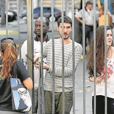 """Estudantes durante o """"trancaço"""" realizado na Uerj: o movimento foi suspenso no fim da tarde Foto: Pablo Jacob"""