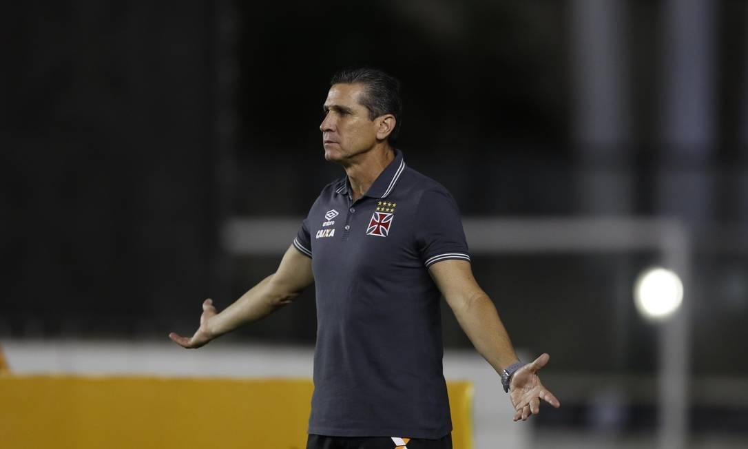 O técnico do Vasco, Jorginho, gesticula na partida contra o Santa Cruz Alexandre Cassiano