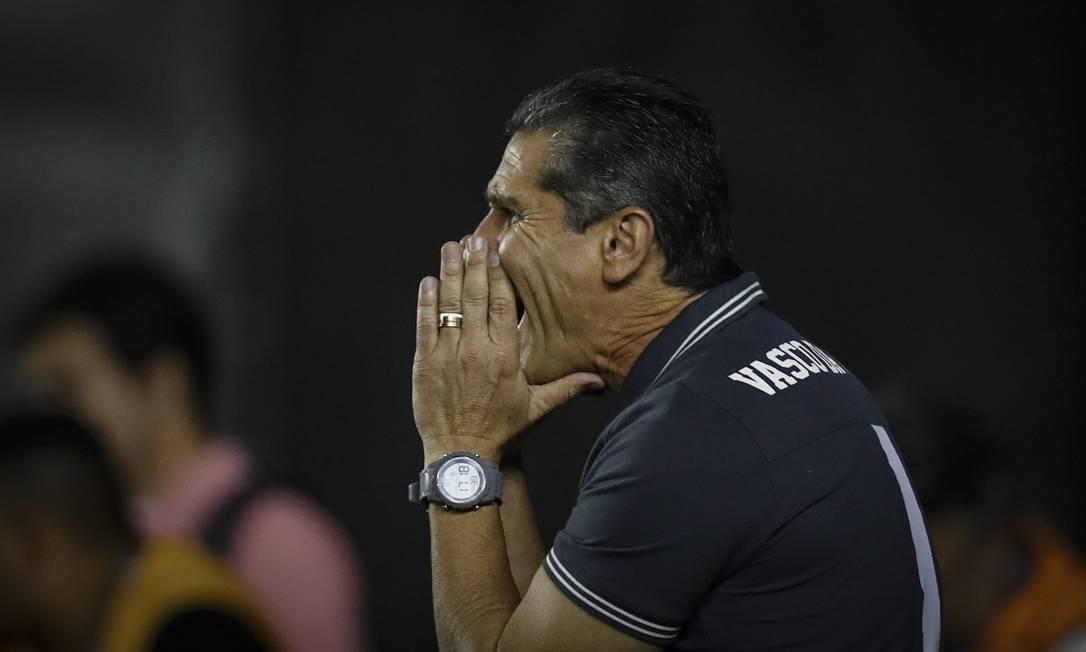 Jorginho orienta o Vasco na partida em São Januário Alexandre Cassiano / Agência O Globo