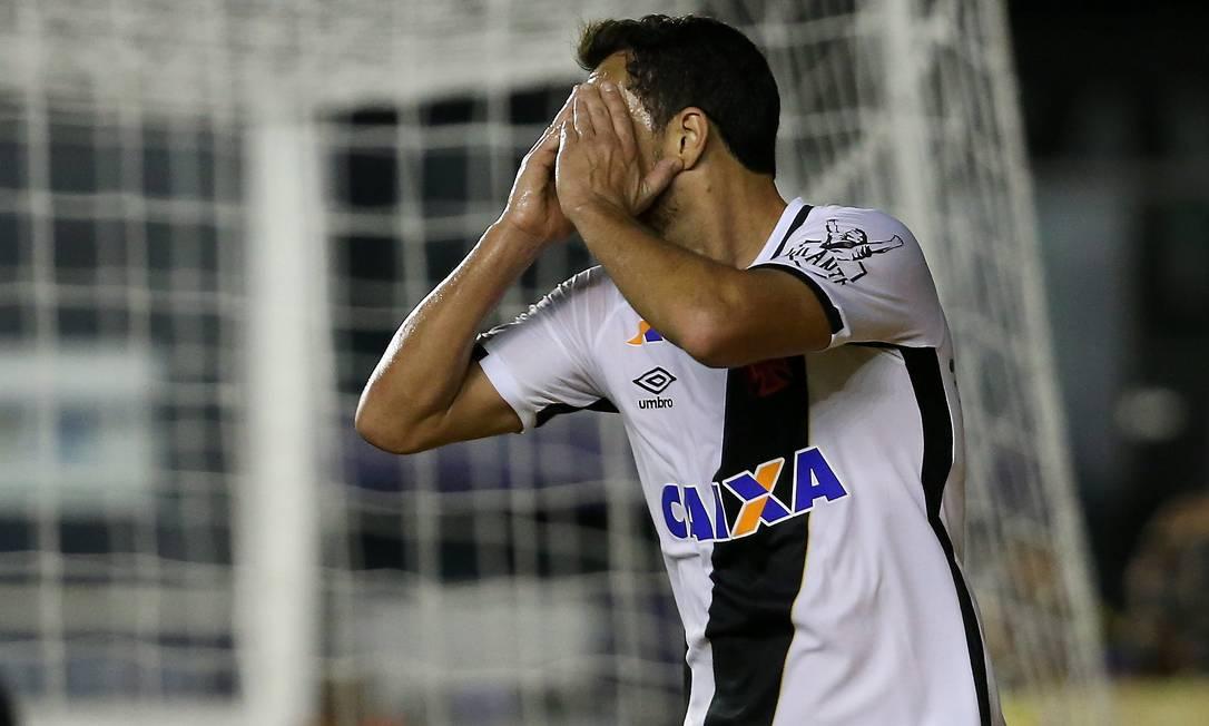 Nenê lamenta após quase marcar um gol de placa em São Januário Marcelo Theobald / Agência O Globo