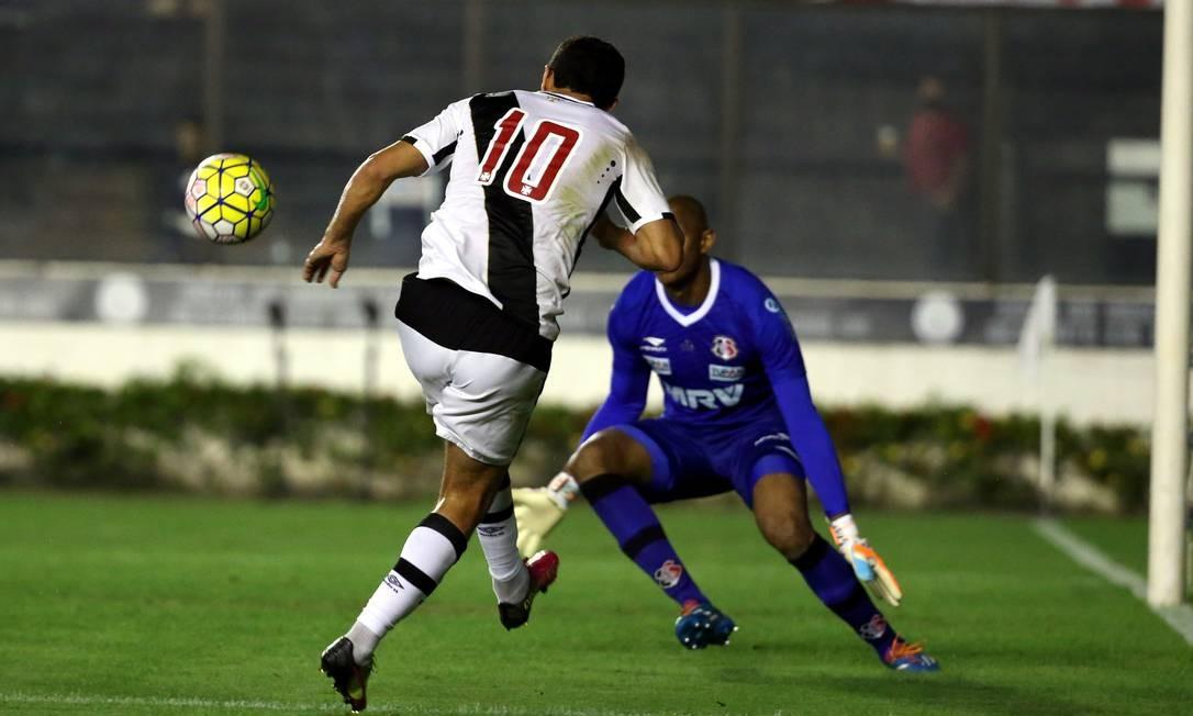 Nenê toca a bola na saída do goleiro do Santa Cruz, Tiago Cardoso Marcelo Theobald / Agência O Globo