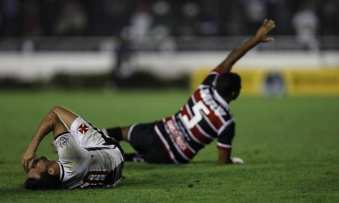 Nenê cai no gramado após falta não marcada pelo árbitro Alexandre Cassiano / Agência O Globo
