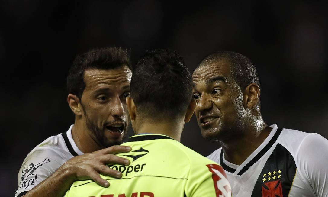 Nenê e Rodrigo reclamam com o árbitro Joelson Nazareno Alexandre Cassiano / Agência O Globo