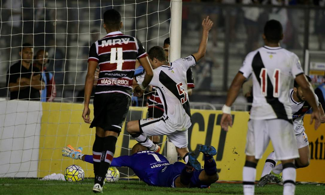 O goleiro Tiago Cardoso tenta, mas não evita o gol de empate do Vsaco Marcelo Theobald