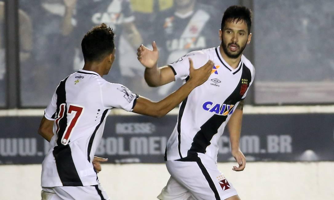 Luan, à direita, comemora com Caio Monteiro o gol de empate do Vasco Marcelo Theobald