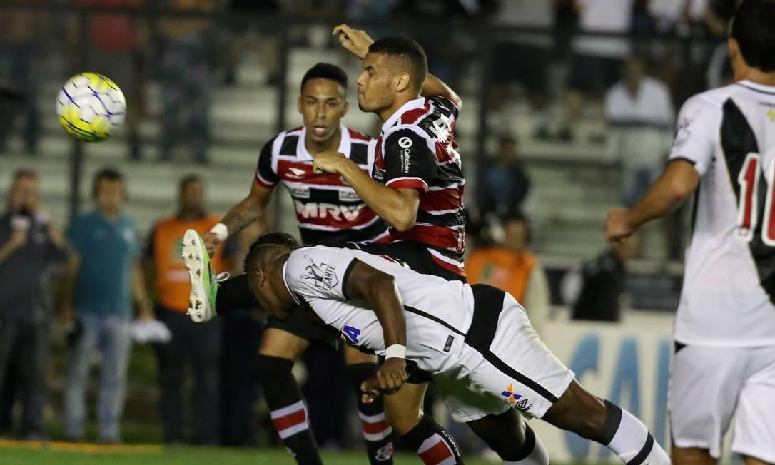 Thalles cabeceia a bola, no lance que originou o gol de empate do Vasco diante do Santa Cruz Marcelo Theobald / Agência O Globo
