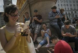 Gamers jogam Pokémon Go na Quinta Avenida, em Nova York Foto: Victor J. Blue / Bloomberg