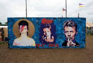 Painel em homenagem a David Bowie em Glastonbury Foto: ANDY BUCHANAN / AFP