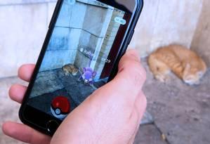 """Tecnologia de realidade aumentada torna a experiência de """"Pokémon Go"""" a mais próxima possível do projeto inicial do que é ser um mestre Pokémon Foto: YASSER AL-ZAYYAT / AFP"""