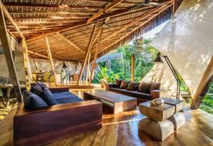 Quarto do glamping Villa Kabru, cercado de Mata Atlântica em Itacaré, no sul da Bahia Foto: Patrick Armbruster / Divulgação