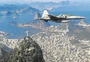 Caça acompanha avião perto do Cristo. Suspeitos podem ser derrubados Foto: Alexandre Cassiano / Agência O Globo