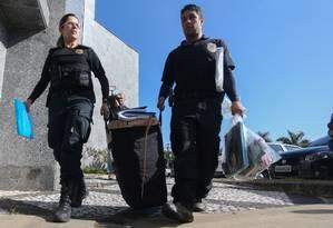 Agentes federais carregam malote com documentos apreendidos durante a Operação Boca Livre, que investiga fraudes à Lei Rouanet Foto: Pedro Kirilos / Agência O Globo / 28-6-2016