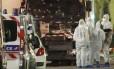 Policiais e agentes forenses verificam o caminhão usado no ataque em Nice: França tem sido alvo de vários atentados nos últimos anos