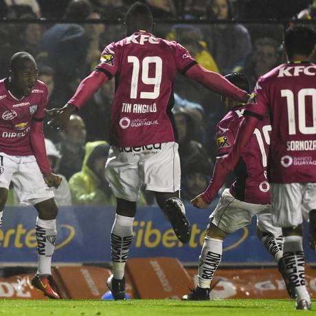 Julio Angulo, à esquerda, comemora seu gol na vitória do Del Valle sobre o Boca Foto: EITAN ABRAMOVICH / AFP