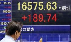 Painel eletrônico exibe o desempenho dos mercados financeiros Foto: Koji Sasahara / AP