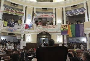 As galerias da Câmara foram divididas: à esquerda da imagem, representantes de setores que pediam a retirada do artigo sobre o debate de gênero nas escolas; à direita, movimentos LGBT e feminista protestavam contra a proposta Foto: Sergio Gomes / Divulgação Câmara de Vereadores