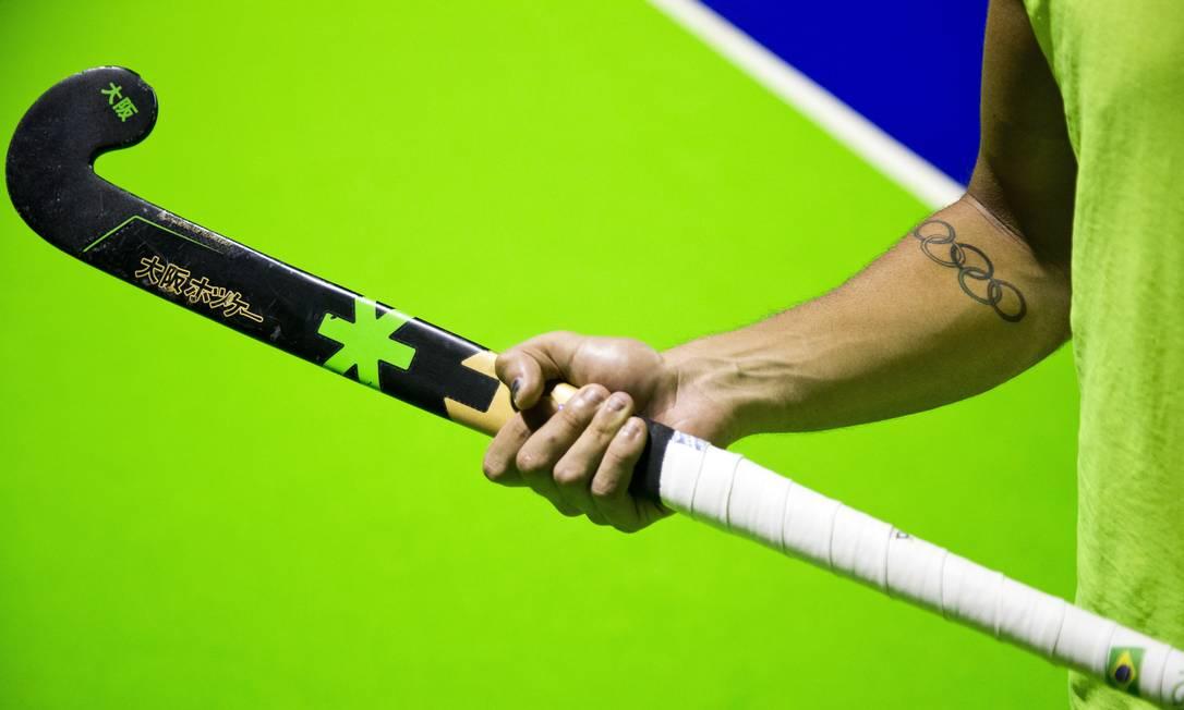 Jogador da seleção masculina de hóquei sobre grama exibe desenho dos arcos olímpicos tatuado no braço Guito Moreto / Agência O Globo