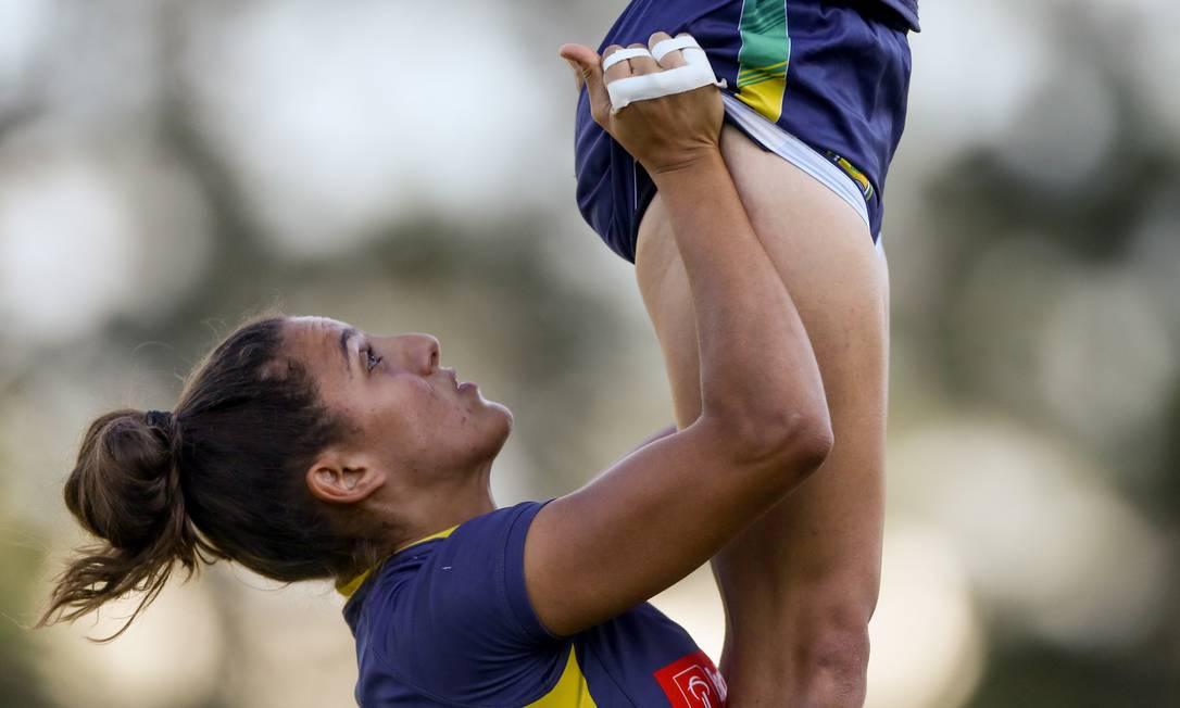 Na cobrança de lateral, faz-se um elevador: uma jogadora levanta a outra para disputar a bola Pedro Kirilos / Agência O Globo