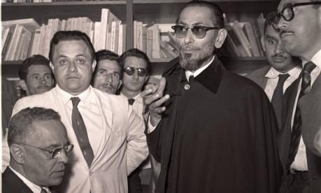 """Anos 50. O deputado Tenório Cavalcanti com a sua capa preta: """"o rei da Baixada"""", que andava com uma metralhadora, foi candidato a governador Foto: 24/09/1956 / Agência O Globo"""