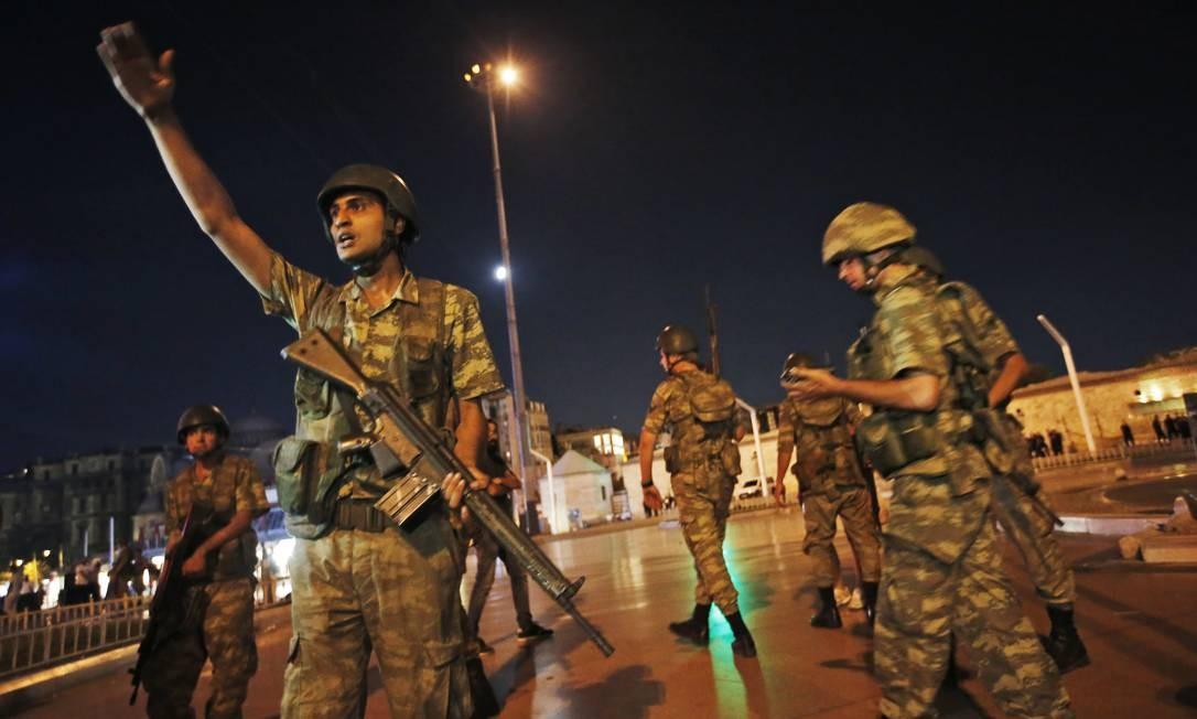 Segundo o primeiro-ministro turco Binali Yildirim, militares estão tentando um golpe de Estado Foto: Emrah Gurel / AP