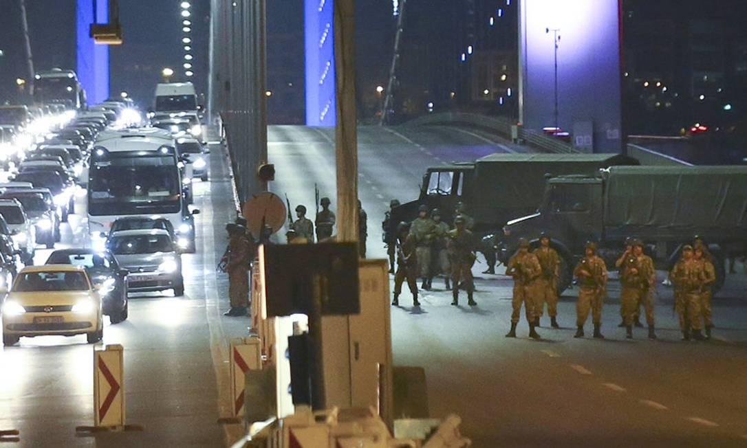 Militares turcos bloqueiam o acesso a uma das pontes sobre o Bósforo que ligam as partes europeia e asiática de Istambul Foto: STRINGER/TURKEY / REUTERS