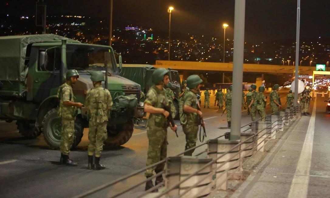 Ocupação das pontes sobre o Bósforo pelos militares isolou os dois lados de Istambul Foto: STRINGER / REUTERS