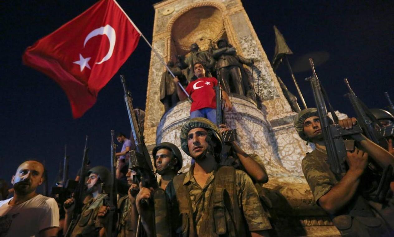 Militares turcos montam guarda em frente ao Monumento da República, na Praça Taksim, em Istambul Foto: MURAD SEZER / REUTERS