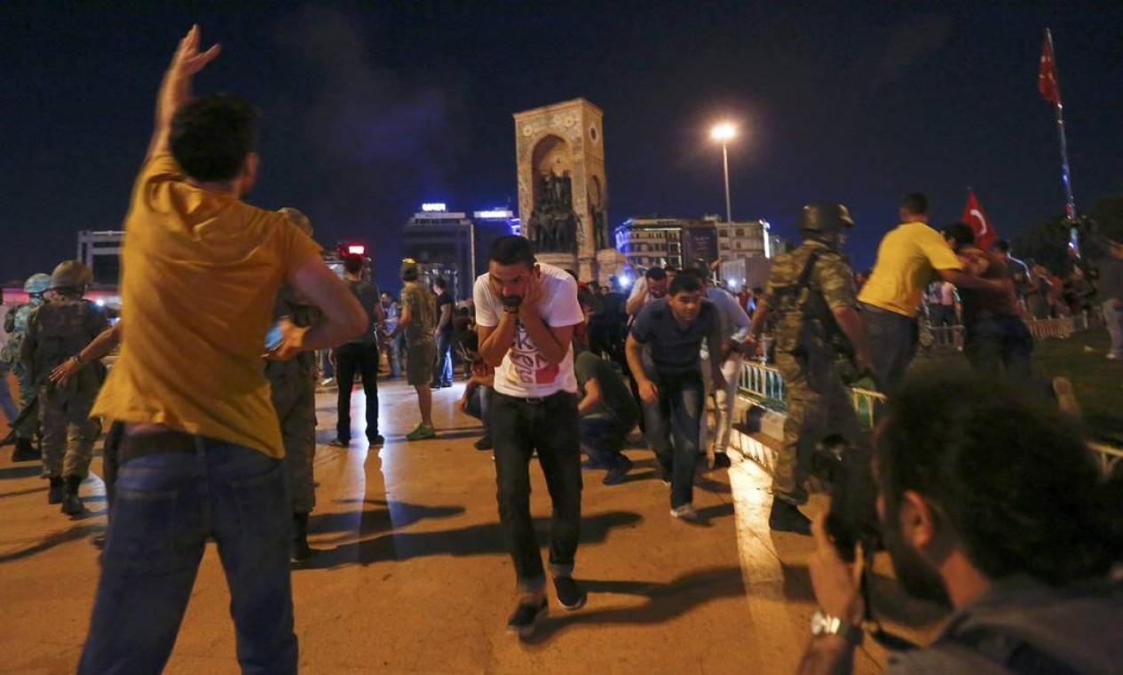 Militares turcos fazem disparos para o alto para dispersar manifestantes partidários do presidente Erdogan na Praça Taksim Foto: MURAD SEZER / REUTERS