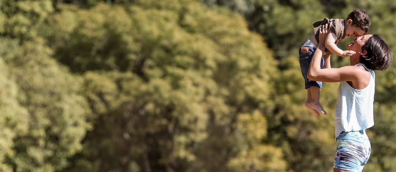 Ibirapuera. A artista plástica Renata Afonso com seu filho Pedro, de 2 anos, no parque de São Paulo, aonde costumam ir para ver passarinhos Foto: Pedro Kirilos / Agência O Globo