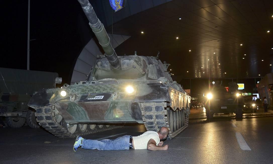 Homem tenta impedir o avanço de um tanque no aeroporto de Istambul Foto: STRINGER / REUTERS