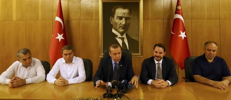 O presidente Tayyip Erdogan (centro) faz um pronunciamento após retornar a Istambul, de onde comandou a reação à tentativa de golpe militar contra seu governo Foto: HUSEYIN ALDEMIR / REUTERS