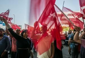 No aeroporto de Istambul, turcos acenam bandeiras após tentativa de golpe militar Foto: GURCAN OZTURK / AFP