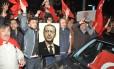 Apoiadores do presidente Recep Tayyip Erdogan protestam em frente ao consulado turco em Stuttgart, Alemanha