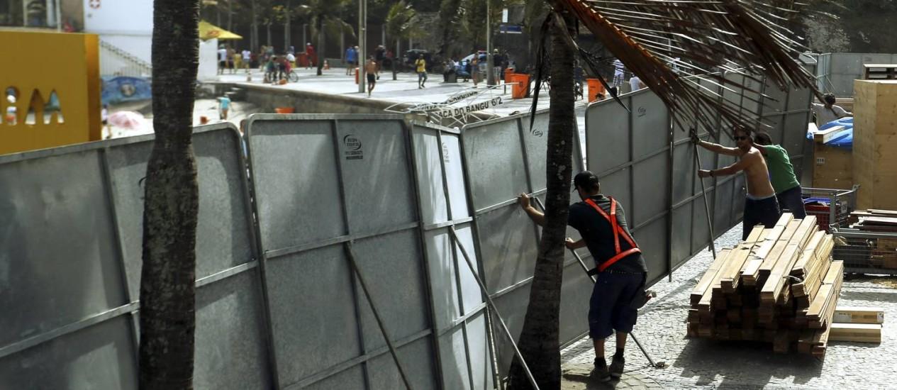 Placas de proteção do estúdio de televisão a ser montado no Arpoador chegaram a envergar Foto: Gabriel de Paiva