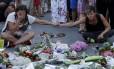 Lamento. Mulheres se emocionam diante de um memorial improvisado para as vítimas no local do ataque em Nice