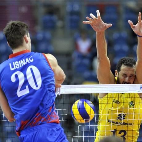Lisinac passa pelo bloqueio brasileiro no jogo entre Sérvia e Brasil Foto: Divulgação FIVB