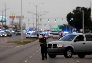 Policial interdita área próxima a local de ataque em Baton Rouge Foto: JOE PENNEY / REUTERS