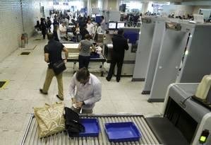 Bagagens de passageiros são vistoriadas no Aeroporto Santos Dumont Foto: Gabriel de Paiva / O Globo