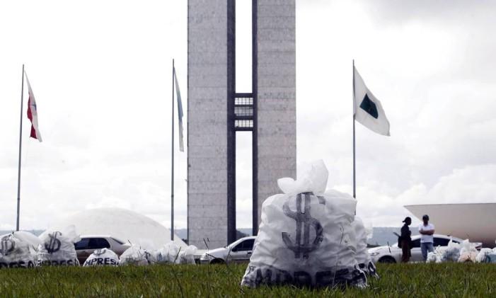 Ato em frente ao Congresso pede o fim do financiamento de campanha por empresas Foto: Givaldo Barbosa/ Agência O Globo 24/03/2015
