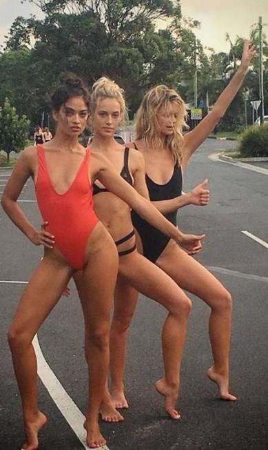 Cliques com as amigas modelos são comuns em seu Instagram Reprodução/ Instagram