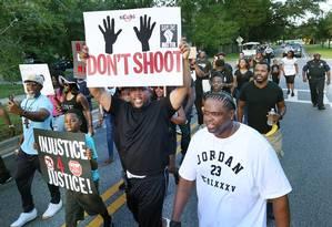 Manifestantes durante ato do mov imento Black Lives Matter, em Sanford, na Flórida Foto: Stephen M. Dowell / AP