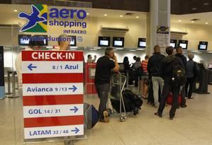 A fila no guichê da Avianca no aeroporto Santos Dumont Foto: Pedro Teixeira / Agência O Globo