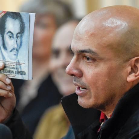 General reformado Cliver Alcala fala em entrevista coletiva de Caracas Foto: JUAN BARRETO / AFP