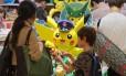 Menino escolhe boneco Pokémon em Tóquio