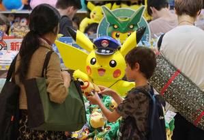 Menino escolhe boneco Pokémon em Tóquio Foto: KAZUHIRO NOGI / AFP