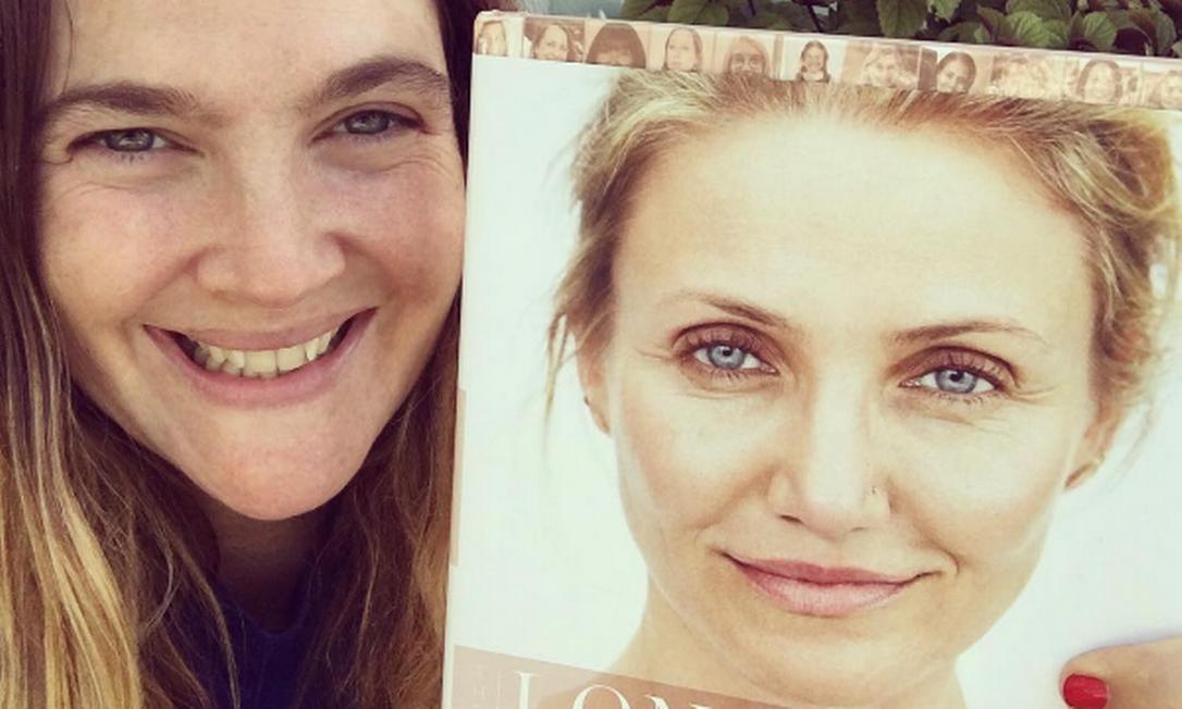 """Amigas desde os tempos de """"As panteras"""", Drew Barrymore e Cameron Diaz vivem homenageando o trabalho uma da outra. Aqui, Drew faz """"propaganda"""" para o livro de Cameron Instagram"""