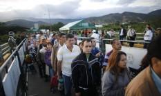 Venezuelanos cruzam ponte Simon Bolivar em busca de itens básicos na Colômbia Foto: Ariana Cubillos / AP